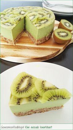 No-bake kiwi avocado. De rauwe bodem bestaat o.a. uit dadels, hazelnoten en lijnzaad. Recept op Gewooneenfoodblog.nl.