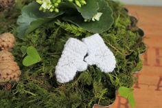 Jag har klurat ut ett ganska enkelt mönster på pyttesmå vantar. Man kan använda dom som dekoration i blomsterarrangemang eller kanske hänga ...