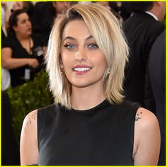 Paris Jackson Lands Her First Feature Film Role Alongside Charlize Theron! Layered Bob Hairstyles, Funky Hairstyles, Latest Hairstyles, Medium Choppy Hair, Medium Hair Styles, Short Hair Styles, Cute Haircuts, Hair Color And Cut, Great Hair