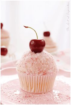 Cupcakes de cereza y coco - The art of cupcakes Cherry Desserts, Mini Desserts, Sweet Desserts, Sweet Recipes, Winter Cupcakes, Fun Cupcakes, Cupcake Cakes, Cupcake Flavors, Cupcake Recipes