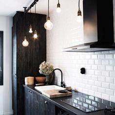 Cozinha com mobília preta + azulejos metro white + pendentes de lâmpada #decor #kitchen