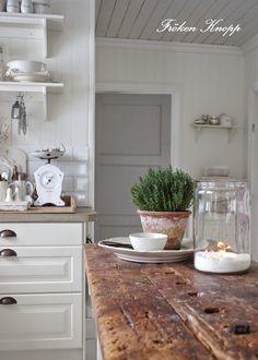 Distressed wood with white. plant home ideas уютный дом, дом Home Decor Inspiration, Farmhouse Decor, Traditional House, Home, Kitchen Remodel, Kitchen Dining Room, Home Kitchens, Cottage Kitchens, Kitchen Style
