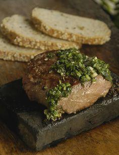 Lomo a la Piedra (1 porción) Ingredientes:  250 gramos de lomo fino. 1 rama perejil picado. 1 diente de ajo finamente picado. 1 cucharada aceite oliva. 1/4 tallo apio picado. Sal y pimienta.