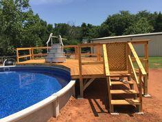Patio avec un grand deck de piscine hors terre, parfait pour la ...