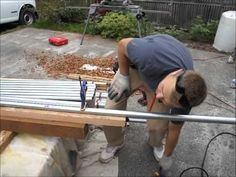 How to video: metal railing, deck railing, conduit railing Metal Deck Railing, Pipe Railing, Deck Building Plans, Deck Plans, Garde Corps Metal, Screened Porch Decorating, Laying Decking, Deck Construction, Diy Deck