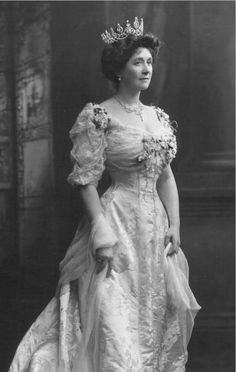Mary Caroline, Countess Minto, 1905, wearing a much more substantial diamond festoon tiara, complete with diamond swags. Photo taken on the occasion of her husband's appointment as Viceroy of India, autumn 1905 ,