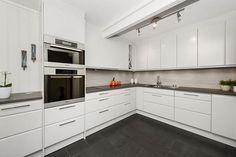 Lekkert påkostet kjøkken fra Drømmekjøkkenet med lyse, moderne fronter, integrerte hvitevarer som: Miele dampovn, ovn, komfyr med induksjonstopp, oppvaskmaskin og Siemens kjøleskap. Keramisk benkeplate og trendy fliser.