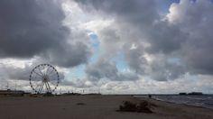 Ha un non so che di poetico sta foto...#Rimini #ruotapanoramica #primavera #mare #nuvole #spiaggia #deserta #spring #clouds #evening #sea #desert #beach #nofilter by negar17