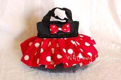 Divertida y descarada Disney Minnie Mouse inspiraron bolso negro adornado con una falda de lunares rojos, con una banda de cinta de brillo negro y tul negro por debajo. Se trata de un bolso perfecto para su pequeña princesa llevar sus cosas. También hace gran cotillón. Podemos crear una lista personalizada para el tamaño de su partido. La falda está hecha a la bolsa de lona de algodón, acabada con una banda de cinta de raso y falda de tul completo suave por debajo de. La bolsa que se…
