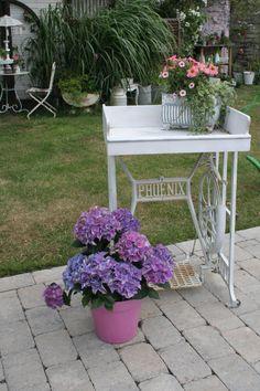 Vintage Nähmaschinentisch für den Garten, Garten dekorieren / gardening: vintage table for balcony and garden by tinas-landhaus via DaWanda.com