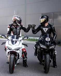 information and pictures for motorcycles Motorcycle Couple Pictures, Bike Couple, Biker Love, Biker Girl, Scooter Motorcycle, Motorcycle Style, Ducati, Bike Photoshoot, Bike Leathers
