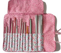 Free kit tutorial to store your hooks Crochet Hook Case, Knitting Needle Case, Diy Knitting Needle Storage, Coin Couture, Couture Sewing, Sewing Hacks, Sewing Projects, Diy Organisation, Crochet Needles