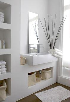J'aime le blanc prédominant dans cette salle de bain, les essuies bien rangés, les petits paniers crème.