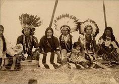 Chez les indiens d'Amérique du Nord : La coiffe faisait partie de la garde-robe de festivités des personnes distinguées. Pour le modèle classique, 28 plumes d'aigle étaient posées sur un ruban décoré dans ce cas de bleu et de rouge et enfoncées dans des douilles en os. Le nombre 28 était considéré comme sacré car la lune a des cycles de 28 jours et le bison 28 côtes.