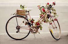 roze fiets met slingers