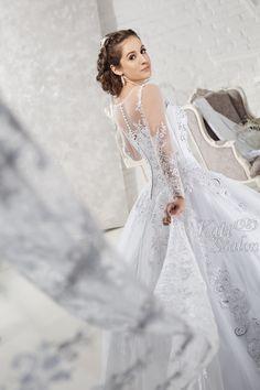 Különleges, csipkével díszített menyasszonyi ruha hercegnős fazonban. Egyedi tervezésű és készítésű esküvői ruhák a Kati Szalontól. Lace Wedding, Wedding Dresses, Fashion, Bride Dresses, Moda, Bridal Gowns, Fashion Styles, Weeding Dresses, Wedding Dressses