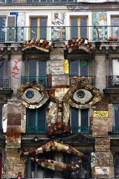 Rue de Rivoli - Paris. Sur routard.com, retrouvez les meilleures photos de voyage des internautes. Unusual Buildings, Murals Street Art, Graffiti, Photos Voyages, Sand Art, Artist Life, Paris Photos, Fantastic Art, Public Art