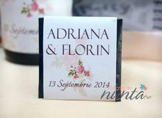 Marturie de nunta tableta de ciocolata Vintage Rose, decorata cu o eticheta eleganta, cu aer vintage. Eticheta este crem, cu trandafiri si se personalizeaza cu numele mirilor si data nuntii.
