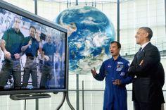 バラク·オバマ米大統領(第一R)と宇宙飛行士野口聡一さんは、日本科学未来館で、ISSの宇宙飛行士スティーブ·スワンソン、若田光一とリックMastracchio、東京で2014年4月24日に日本科学未来のための国立博物館、と話す。 米大統領は、彼が日本、韓国、マレーシア、フィリピンを訪問することになっているアジアツアーである。