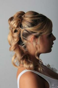 Una #sposa con un'acconciatura semiraccolta con boccoli