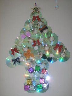 Mais uma criativa idéia para reciclar CDs velhos e fazer belos artesanatos. Hoje a sugestão é para reutilizar estes CDs, para fazer enfeites e árvores de Natal. Utilize a reciclagem de Cds, para fa…