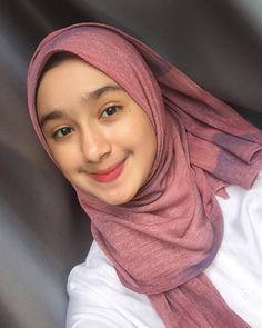 Gadis Cantik Hijaber Si Pipi Tembem - Her Crochet Stylish Hijab, Casual Hijab Outfit, Ootd Hijab, Girl Hijab, Uzzlang Girl, Poker Online, Selfie Time, Beautiful Hijab, Portrait Inspiration