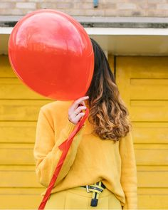 5 colourful winter outfits in all blue, yellow, red, green, pink monochrome looks. Brighten up London with colourpop outfits by Xanthe and Lucy. Balloon Face, Red Balloon, Red Blue Green, Yellow, Monochrome Outfit, Girls Dp, Winter Colors, Colourful Outfits, One Color