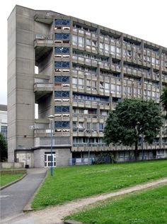 Alison e Peter Smithson - Robin Hood Gardens, Londres Architecture Art Design, Architecture Sketchbook, London Architecture, Alison And Peter Smithson, Council Estate, Tower Block, Tower Garden, Brutalist, Robin