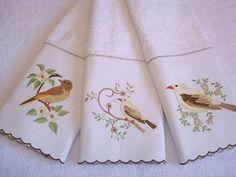 Kit composto por 3 toalhas de rosto bordadas em sobreposição de piquet R$ 105,00
