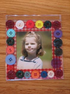 Photo frame from an cd case decorated with buttons! Kids Crafts, Diy Home Crafts, Preschool Crafts, Cd Diy, Recycled Cds, Recycled Crafts, Ideas Día Del Padre, Cd Case Crafts, Marco Diy