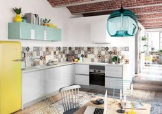 We can't think of a better way to start the new week than in this sunny kitchen in Spain. Kitchen Dining, Kitchen Cabinets, Dining Room, Sweet Home, Residential Lighting, Modern Pendant Light, Kitchen Lighting, Interior, Table