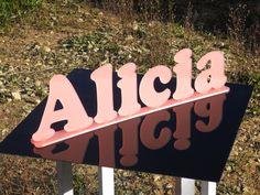 Nome Alicia em acrílico rosa.