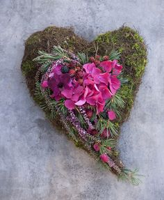 Heart wreath with pink cyclamen - All Saints Day - to commemorate the dead. - Interflora flowers