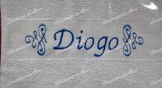 Toalha social Diogo. Arabescos laterais e nome na cor azul. Temos outras fontes de letras à sua escolha.Criação Bordados da Iuri.
