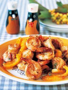 海老とパプリカをシャキッと炒めて、マヨネーズとにんにくの簡単アイオリソースで和えた一品|『ELLE a table』はおしゃれで簡単なレシピが満載!