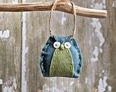 primitive felt owl - would be cool to decorate autumn craft stall hung from beach washed wood :) Owl Crafts, Crafts To Do, Christmas Crafts, Felt Owls, Felt Birds, Fabric Crafts, Sewing Crafts, Sewing Projects, Owl Ornament