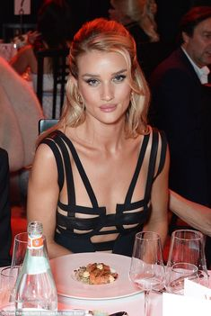 Rosie Huntington-Whiteley looked incredible as she flaunted her svelte figure in a chic black gown at the annual GQ Men of the Year Awards which let her put on a sizzling display. Rose Huntington, Rosie Alice Huntington Whiteley, Natural Glam Makeup, Beauté Blonde, Belle Silhouette, Gq Men, Fashion Mode, Fashion Night, Grunge Hair