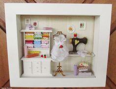 Quadro decorativo, com vidro frontal para decorar loja ou atelier de costura . <br> <br>EXCLUSIVIDADE KITTY ARTES - by Simone Pereira <br> <br>Para comprar: <br>1 - Cadastre-se e entre com seu usuário e senha. <br>2 - Selecione os produtos desejados. <br>3 - Informe o endereço de entrega (com CEP) <br>4 - Faça o pedido. <br>5 - Aguarde o vendedor informar o valor do frete. <br>6 - Se concordar com o valor do frete, efetue o pagamento na opção que mas lhe convier. <br>7 - Confirmado o…