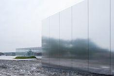 Lens, una ciudad minera en la frontera Belga, es la localidad donde se decidió construir una extensión del museo Louvre de París. El museo fue diseñado por la agencia de arquitectura japonesa Sanaa.