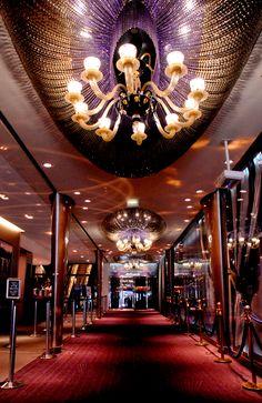 Couloir d'entrée du Lido de Paris. #Travel #Leisure