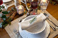"""""""A decoração com eucalipto se transformou em uma grande tendência natalina e eu queria levar isso para a composição de mesa. Meu desejo era montar uma decoração simples, que carregasse materiais naturais e que não custasse caro ou tomasse muito tempo. Por isso, apostei nos galhos de eucalipto espalhados pela mesa, combinando com os guardanapos de linho de tom sutil. Para complementar, combinei uma paleta clara com vidros e peças decorativas de prata"""""""