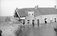 Geruïneerde huizen tijdens de Watersnoodramp van 1953. Gefotografeerd tijdens bezoek van Koningin Juliana aan het overstroomde gebied.  Datum: februari 1953