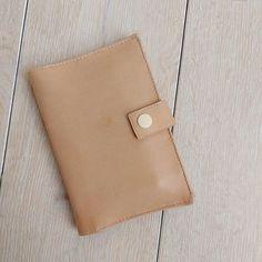 carocouture sur Instagram: Une petite reprise couture avec ce portefeuille en cuir d'agneau ultra doux. Compact mais suffisamment grand pour contenir passeport, carte…