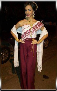 SM Ayira Giselle Adames Solis, reina de Calle Abajo Las Tablas 2017 en el Baile de Despedida de la Reina del Festival Nacional de La Mejorana 2015.