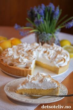 Sitronterte med marengs | Det søte liv Sweet Life, Camembert Cheese, Lemon, Food And Drink, Sweets, Muffins, Baking, Recipes, Liv