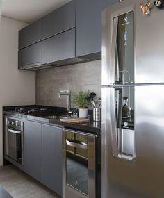 Pequena cozinha: 70 ideias fofas com dicas para você copiar! - home.u - Cozinha Black Kitchen Cabinets, Black Kitchens, Home Kitchens, Apartment Kitchen, Home Decor Kitchen, Kitchen Ideas, Modern Kitchen Design, Beautiful Kitchens, Kitchen Remodel
