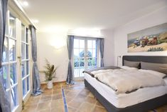 Guest room, Esterel, direct access to garden and sea-view, box spring bed and en-suite bathroom, air-condition.
