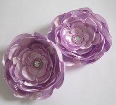 Par de flores lilás de cetim e chiffon. Podem ser usadas como enfeite de cabelo e/ou broche para enfeitar bolsas, roupas, etc.
