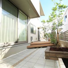 奥行きを広く感じさせるようにあえてデッキを斜めにデザインしました。 Decor, Outdoor Decor, Home Decor, Exterior, Stairs