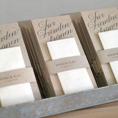 Mit dieser Vorlage könnt ihr ganz einfach Freudentränen Taschentücher für die Trauung herstellen und sie bei der Hochzeit an eure Gäste verteilen.